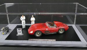 "CMC M-172 Maserati 300 S ""Dirty Hero®"" + 2 figurines + engine + miniature trophy + showcase Limited Edition 770 pcs."